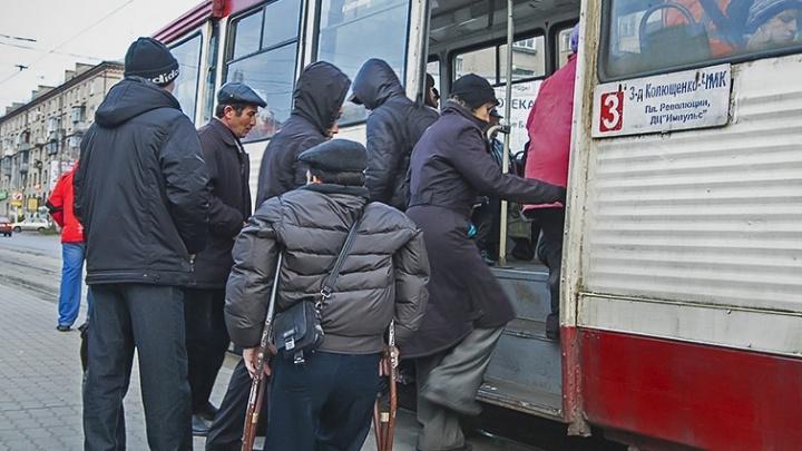 В тесноте, да не в обиде: челябинские трамваи начали сажать пассажиров по новым правилам