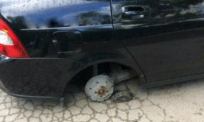 На Комарова злоумышленники сняли колеса с «Лады-Приоры» и спрятали их в кустах