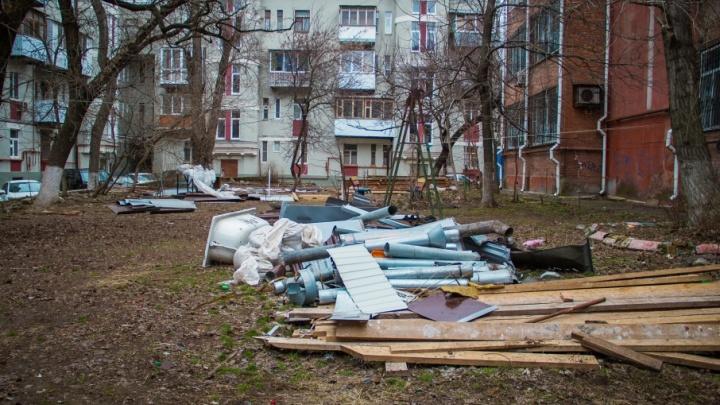 Доски, трубы и старая ванна: детскую площадку в центре Ростова превратили в стихийную свалку