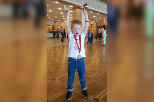 Семён всего полтора года занимается ментальной арифметикой, но уже получил кубок международных соревнований