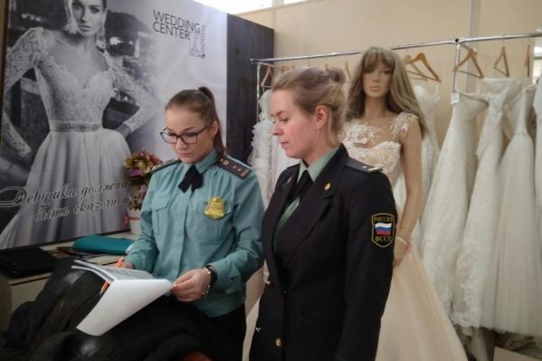 Приставы арестовали 250 платьев