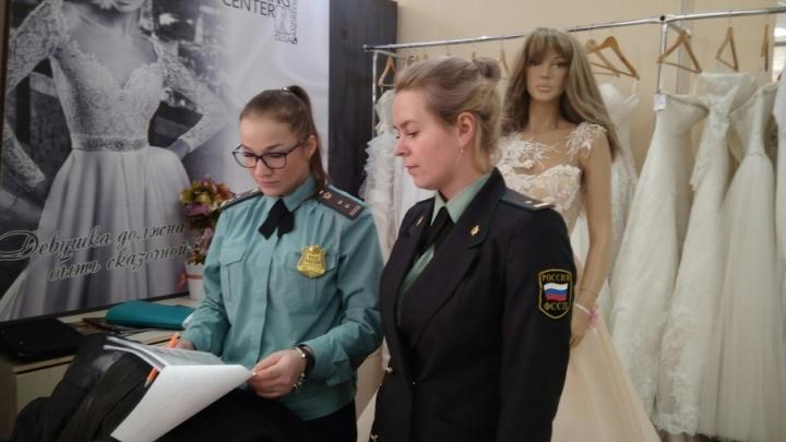 Не поделили свадебные платья: приставы арестовали 250 нарядов
