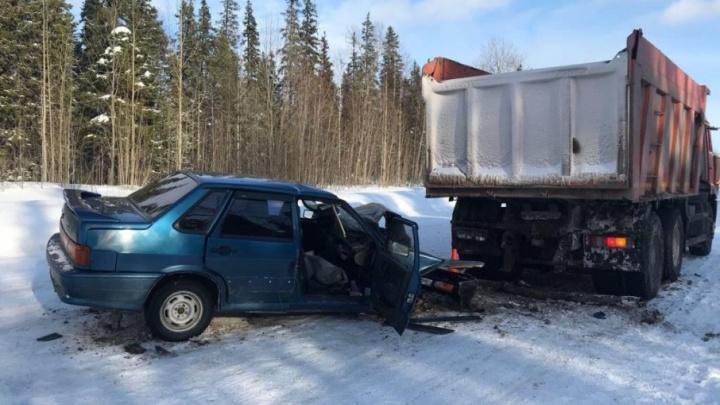 По дороге в Онегу водитель легковушки проверил на прочность КАМАЗ