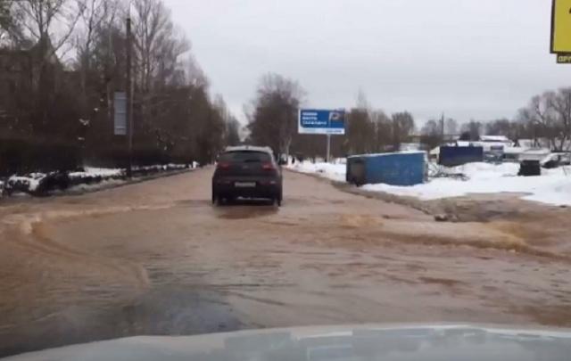 Коммунальное ЧП в Ярославле: из-под земли бьет фонтан