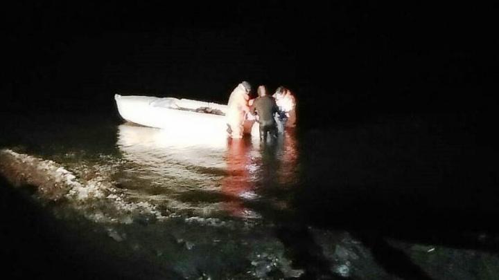 Лодка, приплывшая на помощь тонущим на озере под Челябинском, пошла на дно из-за перегруза