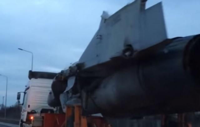 Военный самолет на трассе под Ростовом сняли на видео