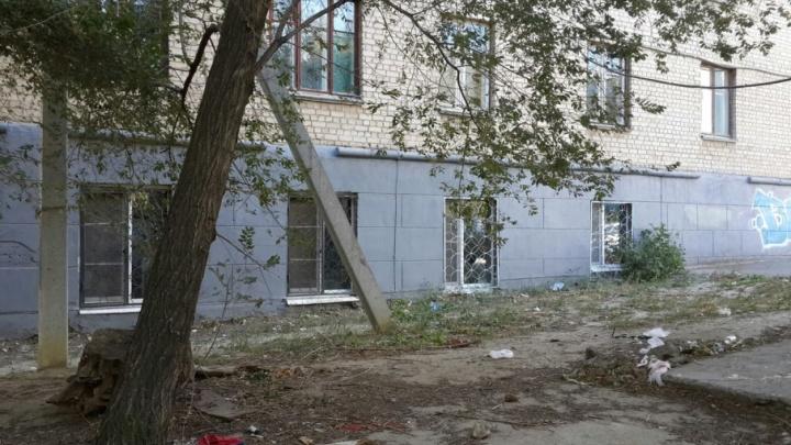 Воспитанники колледжа олимпийского резерва завалили мусором улицу в Волгограде
