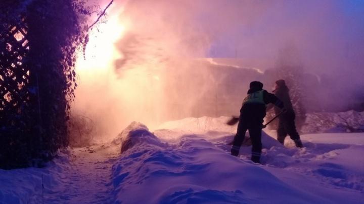 Полицейские помогли ишимке спасти баню от пожара, закидывая постройку снегом