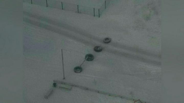 Из-за драки двух девушек во дворе на Беловежской тюменец перегородил тротуар грузовыми шинами