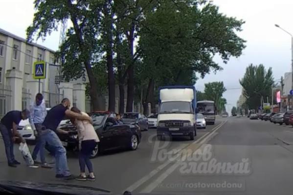 Водитель и пассажиры сбившего девушку авто помогли пострадавшей собрать вещи и сесть в машину