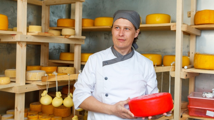 Зачем пармезану нужны няньки и как варить сыр: тюменский сыровар рассказал о своей работе