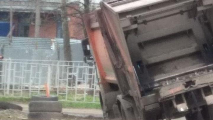 Отвергает мусоровозы земля ярославская: под асфальт провалился второй грузовик