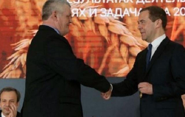 Дмитрий Медведев вручил орден Дружбы донскому трактористу