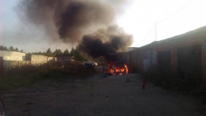 На северо-западе Челябинска в гаражах выгорела Lada Kalina
