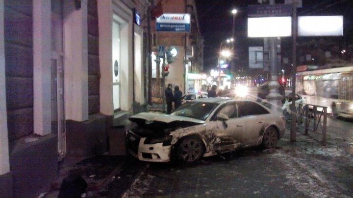 Очевидцы бросились доставать женщину-водителя: подробности аварии на Пушкина, где сгорела машина такси