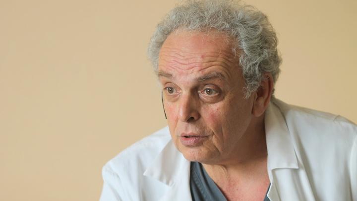 «Даже мысли пойти в другую профессию не было»: доктор, поставивший на ноги тысячи южноуральцев, получил звание заслуженного врача России