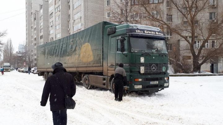 На время уборки снега с дорог в Волгограде фуры прижали к обочинам