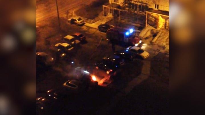 Вспыхнувшая ночью в Челябинске «семёрка» подпалила припаркованный рядом Dodge