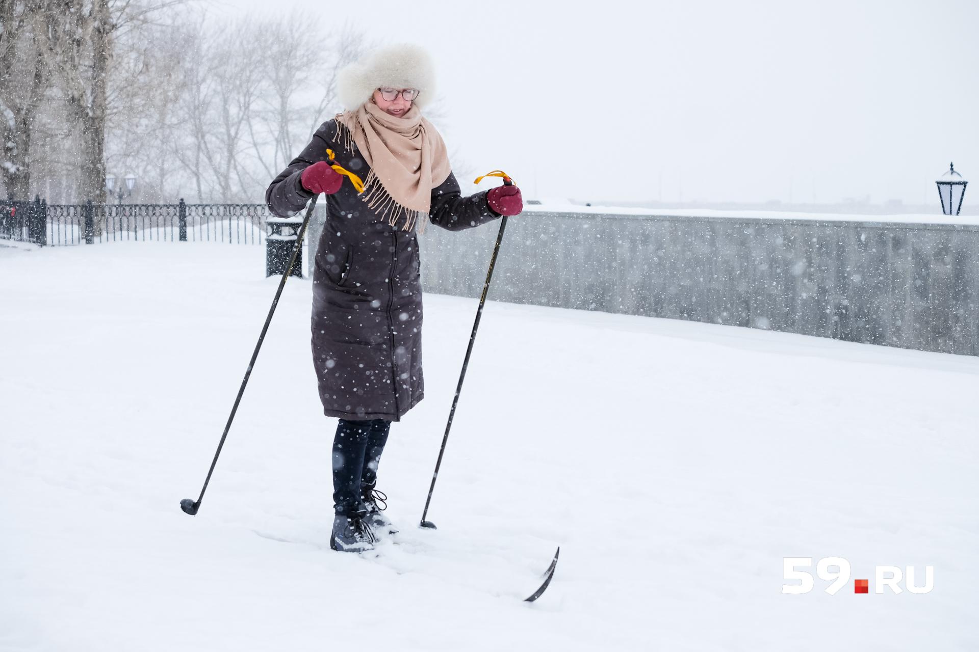У спуска на набережную лежит ровный пушистый снежок