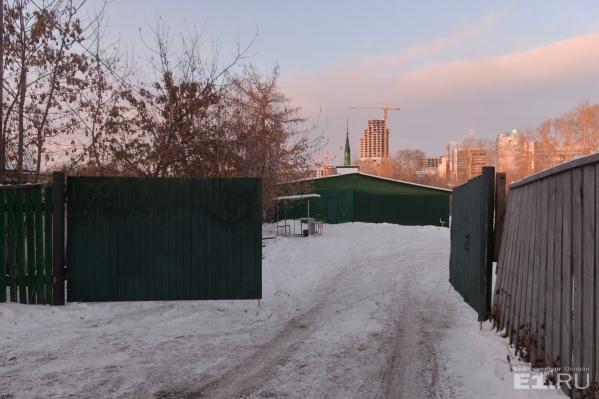 Мечеть на Декабристов – и вспомогательное помещение, и сама стройка – находится за глухим забором