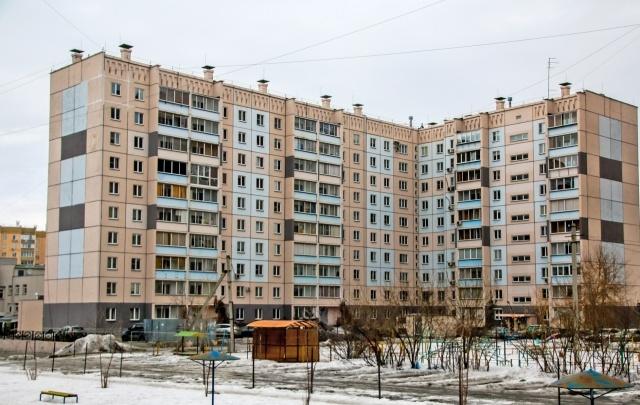 В Тольятти мужчина вылез обнаженным на карниз и устроил перебранку с полицией