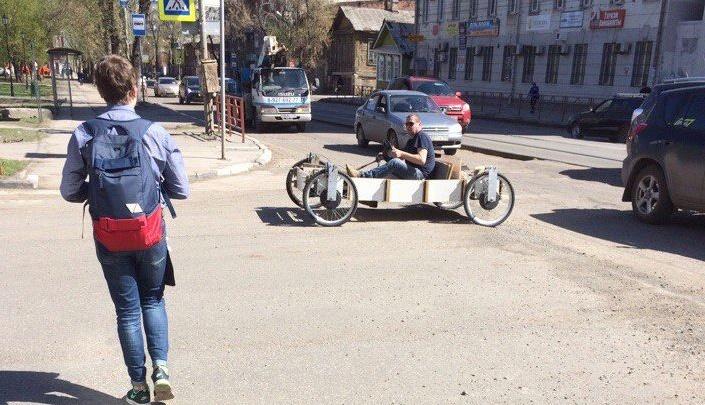 Житель Самары обкатал свой деревянный корч по центральным улицам