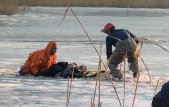 Операция по спасению рыбака из озера Смолино попала на видео