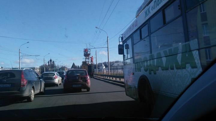 Московский проспект в Ярославле встал из-за аварии троллейбусов