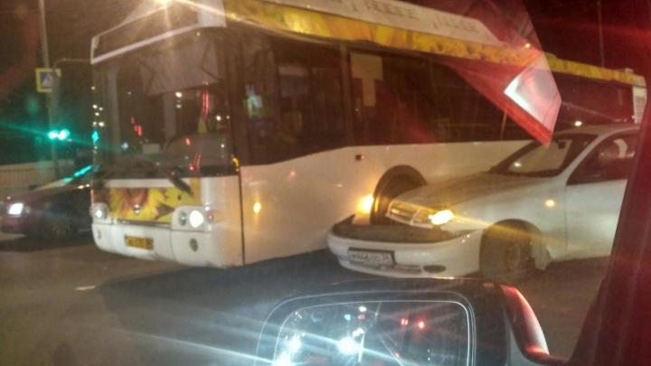 В Советском районе Волгограда автобус «Питеравто» столкнулся с легковушкой