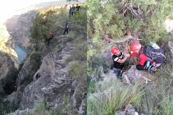 Парней доставали спасатели