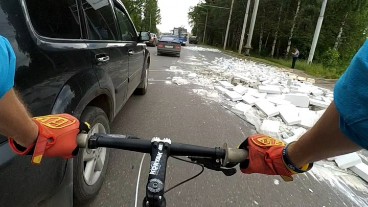 В Ярославле на дороге КАМАЗ раскидал силикатные блоки