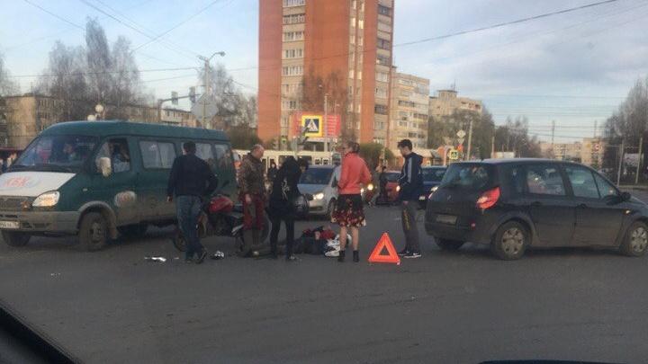 От удара упал на дорогу: в Брагино произошло серьёзное ДТП с участием мотоциклиста