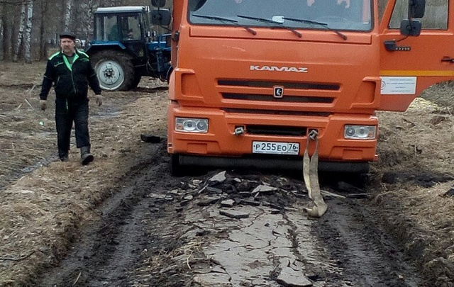 В Ярославле за сутки разбили асфальтовую дорогу в щебень