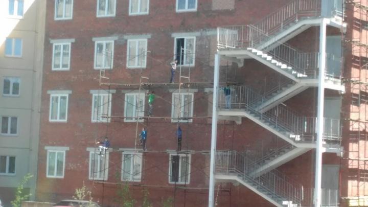 Школьники в Челябинске облюбовали для игр строительные леса у четырёхэтажки