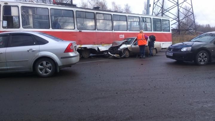 В Брагино не поделили дорогу трамвай и легковушка