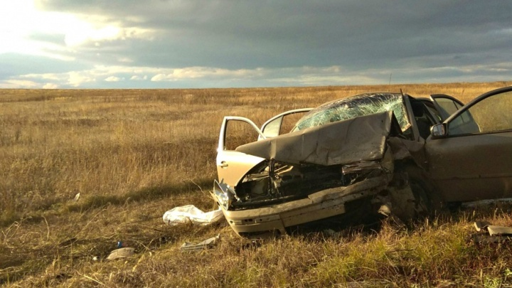 Вынесло на поле: в Самарской области столкнулись Skoda Octavia и ВАЗ-2115