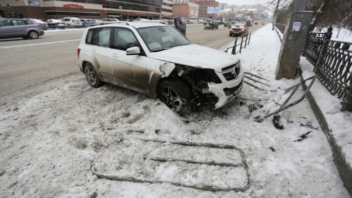 «Девушку чудом не задело»: челябинец на Mercedes снёс забор и выехал на тротуар в центре города