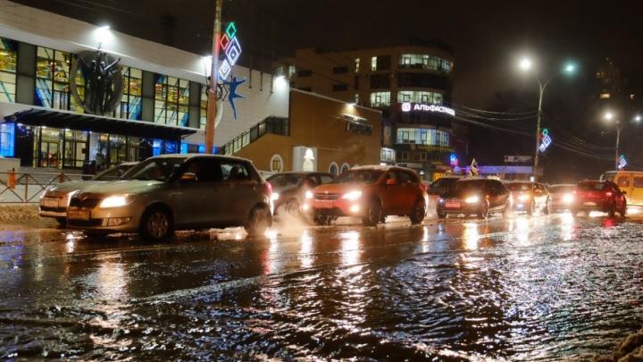 В Перми прорвало трубу: водой залило один из центральных перекрестков