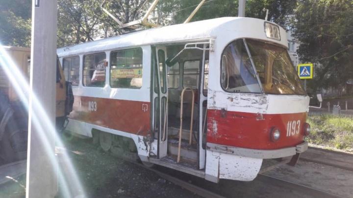 Водитель грузовика протаранил вагон трамвая на пересечении Ново-Садовой и Часовой