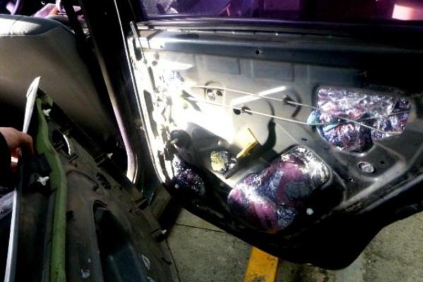 Нарушитель спрятал вещи под обшивкой двери, в нише запасного колеса и под сидением в салоне