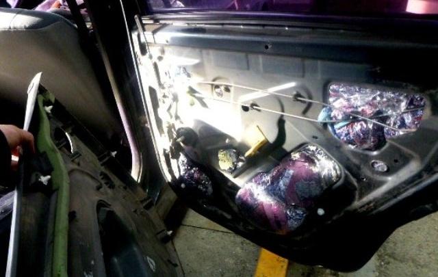 Новошахтинские таможенники нашли контрафакт в обшивке автомобиля
