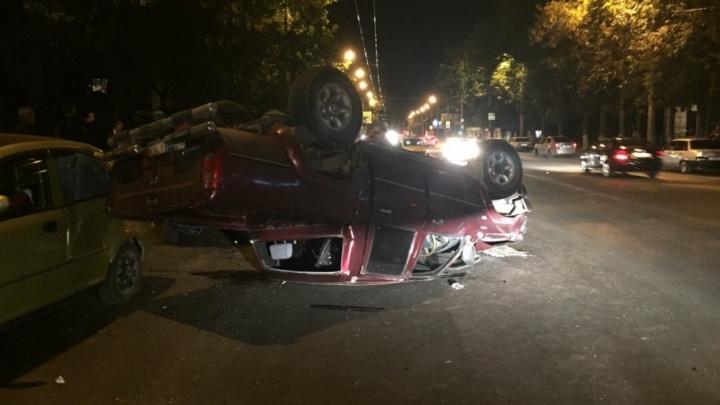 «Собрал припаркованные машины»: в Самаре на Пугачевской перевернулся пикап