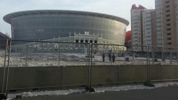"""""""Жители возмущены и огорчены"""": многоэтажки у Центрального стадиона начали обносить забором"""