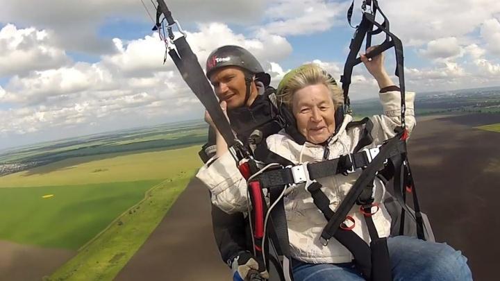 «У меня словно выросли крылья»: 80-летняя пенсионерка совершила полет на параплане в Тольятти