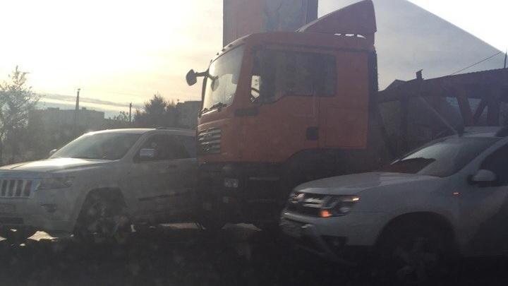 В Волгограде в утренний час пик Вторая Продольная встала в пробку из-за ДТП