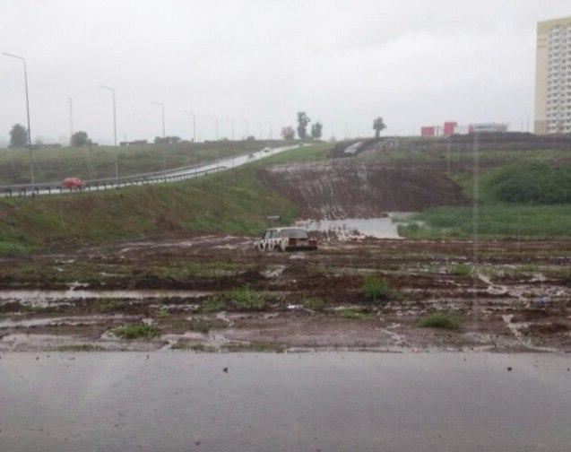 Машина застряла в грязи намертво на Суворовском
