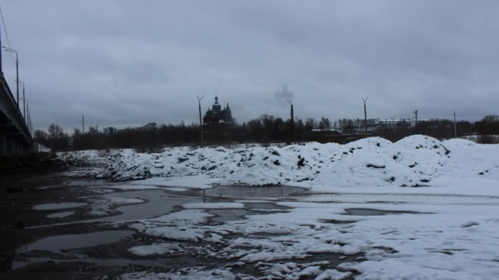 В центре Ярославля в реку сбросили горы строительного мусора: кого заставят убирать