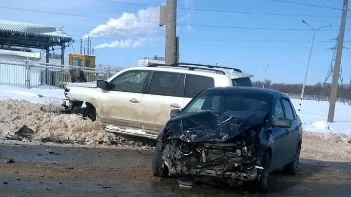 Не разминулись на зеленый: в Тольятти около ж/д вокзала Toyota врезалась в Lada Granta