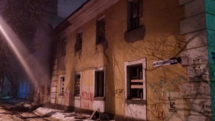 Зачистка: ночью на Пятёрке горел расселённый дом