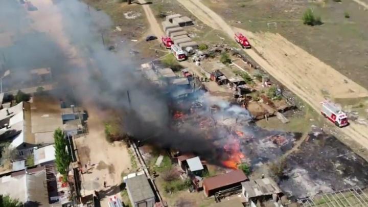 В Дзержинском районе Волгограда огонь охватил постройки в Дубовой балке